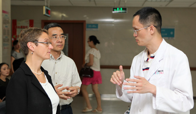 Dr. Lisa Adams talks with a colleague from Xi'an Medical University.