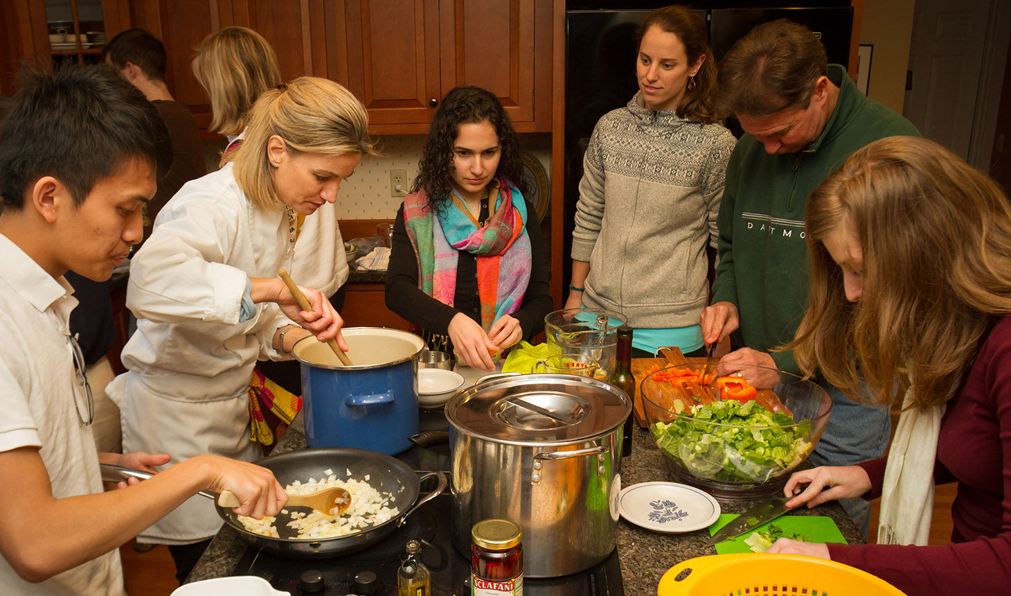 Julia Nordgren ('99) led an elective that teaches Geisel medical students how to cook, and how to talk to their patients about different diets. From left to right, Kendrew Wong ('17), Julia Nordgren, Tara Kedia ('17), Caitlin Hopeman ('17), Richard Simons, and April Venn ('17). Photo by Lars Blackmore.